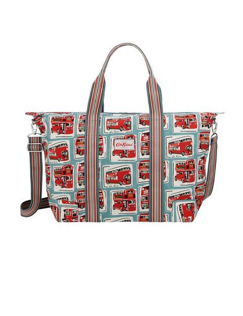 <p>Shopping bag con estampado británico de<strong>Cath Kidston</strong>, 48 €.</p>