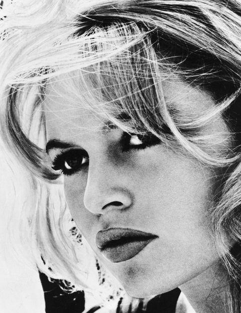 <p>Su físico y su actitud al msmo tiempo inocente y sensual revolucionó Francia y, desde allí, el resto del mundo. La película 'Y Dios creó la mujer' (dirigida Roger Vadim, 1956) desató todo un fenómeno. Pocas actrices, además, han revolucionado los hábitos de belleza y moda de las mujeres: la forma de maquillarse los ojos, muy marcada, sigue siendo la inspiración de las pasarelas.</p><p>&nbsp;</p>