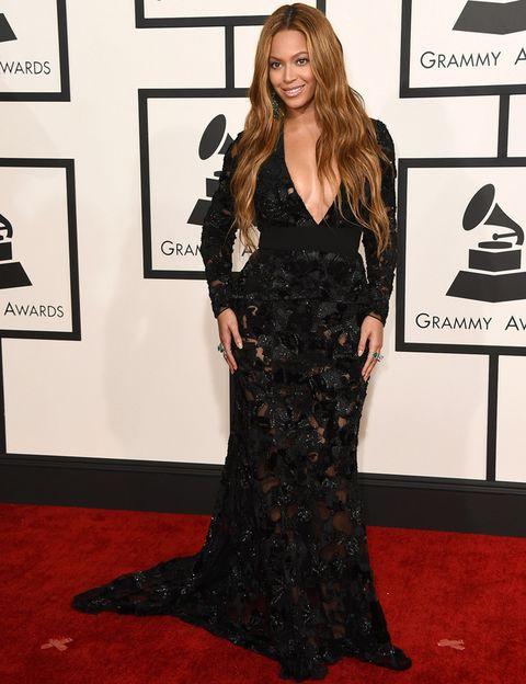 <p>De negro, con pronunciado escote y transparencias en la falda vimos a <strong>Beyoncé</strong> vestida de <strong>Proenza Schouler</strong>. Completó el look con pendientes de esmeralda de <strong>Lorraine Schwartz</strong>.</p>