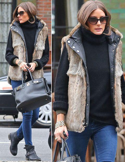 <p>Fichamos el otoñal look de la neoyorquina compuesto de básicos: jeans pitillo, jersey de punto oscuro, chaleco reversible de pelo y botas moteras bajas. &nbsp;</p>