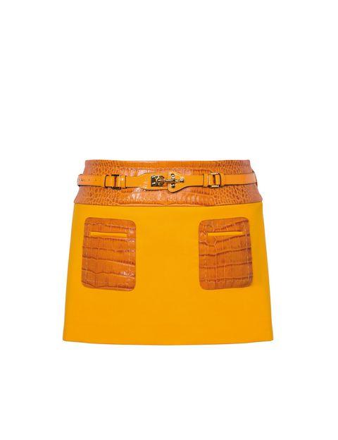 <p>Falda 'mini' con bolsillos y cintura de piel 'camel' (890 €), de <strong>Fay</strong>.</p>