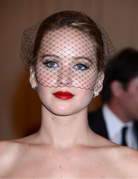 <p>Una opción para una boda civil es decantarse por un tocado de redecilla, como el que lleva <strong>Jennifer Lawrence.</strong> Para que destaque, es necesario recogerse muy bien el pelo y acertar con el maquillaje.</p>