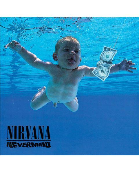<p>Había varias ideas flotando en el aire que fueron descartadas, hasta que un documental sobre partos en el agua que vieron Kurt Cobain y Dave Grohl les encendió la bombilla. Le comentaron la idea a Robert Fisher, el director de arte de Geffen, la discográfica que iba a publicar en 1991 el primer disco de Nirvana. La primera intención fue comprar la foto en agencia, pero les cobraban más de 7.000 euros, por lo que decidieron mandar al fotógrafo Kirt Weddle a una piscina de Pasadena a tomar instantáneas de una sesión de matronatación. Spencer Elden es el niño circuncidado que sale en la imagen, a la que se añadió un anzuelo y un dólar como símbolo de la perdición capitalista del hombre desde sus primeros días.</p>«/><figcaption> <br>Había varias ideas flotando en el aire que fueron descartadas, hasta que un documental sobre partos en el agua que vieron Kurt Cobain y Dave Grohl les encendió la bombilla. Le comentaron la idea a Robert Fisher, el director de arte de Geffen, la discográfica que iba a publicar en 1991 el primer disco de Nirvana. La primera intención fue comprar la foto en agencia, pero les cobraban más de 7.000 euros, por lo que decidieron mandar al fotógrafo Kirt Weddle a una piscina de Pasadena a tomar instantáneas de una sesión de matronatación. Spencer Elden es el niño circuncidado que sale en la imagen, a la que se añadió un anzuelo y un dólar como símbolo de la perdición capitalista del hombre desde sus primeros días. </figcaption></figure>    <figure class=