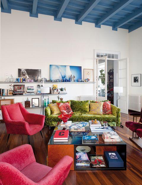 <p>Tejidos extra soft abrazan las butacas italianas de los 50, de El Ocho, y el sofá <i>Balance,</i> de Designers Guild. Contrastan con la estantería de aluminio <i>Cornisa</i> y la mesa <i>Burguesa,</i> de Óscar Tusquets para BD Barcelona Design, como las lámparas de pie. Foto en b/n, <i>Sirenita,</i> y en color, <i>Blau,</i> ambas de Lluís Real.</p>