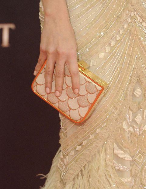 <p>Uno de nuestros bolsos favoritos de la noche fue este clutch de escamas colo salmón que lucía <strong>Michelle Jenner</strong>. De 10.</p>