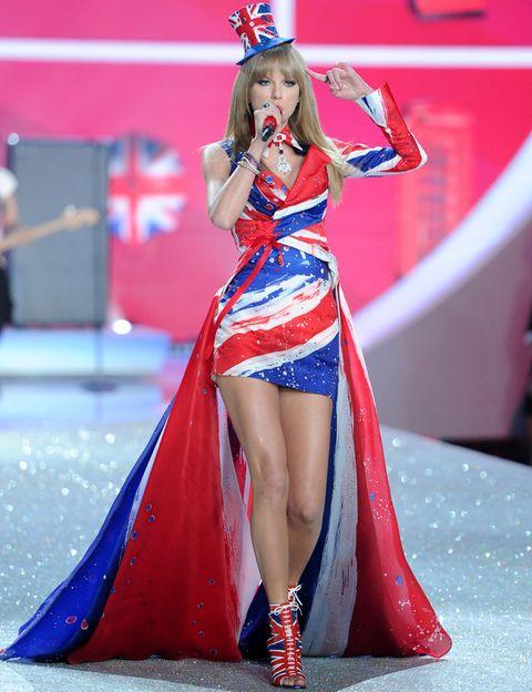 <p>La cantante Taylor Swift ha sido la artista principal de este año y para la primera parte del desfile, titulada 'British Invasion', lució un traje de Union Flag.</p>