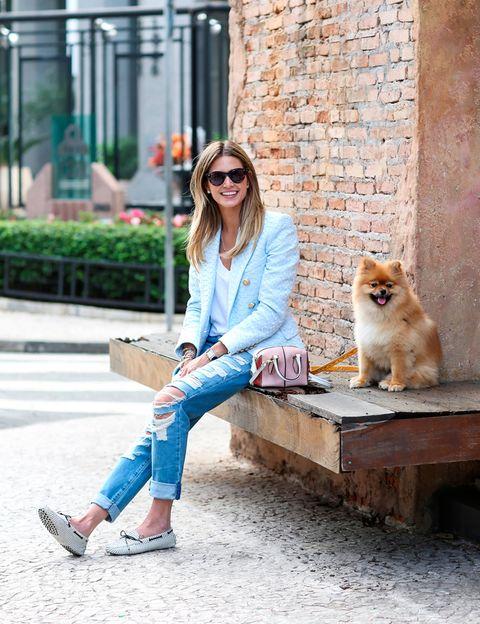 """<p>La brasileña comparte una imagen junto a su sonriente perrito y sus 'loafers' a rayas. ¿Su blog? <a href=""""http://www.helenabordon.com/website/"""" title=""""Helena Bordon"""" target=""""_blank"""">Helena Bordon</a>.</p>"""