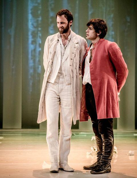 <p>Celebra que el 2014 es el año en el que se conmemora 450º aniversario del nacimiento de William Shakespeare y disfruta de esta tragicomedia llena de equívocos, que indaga en el amor y en la búsqueda de la identidad. Te hechizarán el montaje coral y los diálogos amorosos de la obra, considerados los más bonitos del inmortal autor inglés.</p><p><strong> Teatro Valle-Inclán, hasta el 15 de junio.</strong> </p>