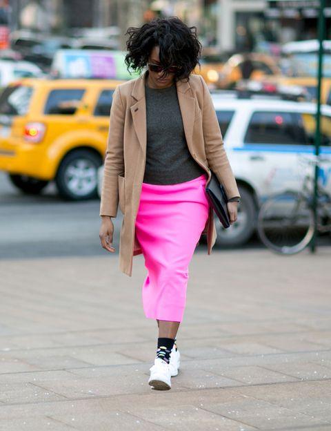 <p>Las neoyorquinas son las reinas de los <i>looks</i> con deportivas. En la Gran Manzana fichamos este <i>look working</i> de chaquetón color tabaco, jersey gris y falda midi en rosa. El detalle de las zapatillas con los calcetines de topos de colores es ideal.</p>