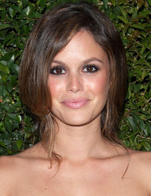 <p>Siguiendo la estética de su look, Rachel apostó por un relajado recogido, ojos ahumados y gloss rosa.&nbsp&#x3B;</p>