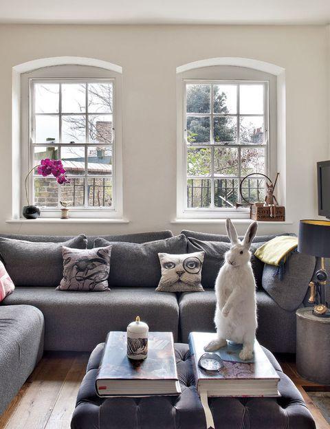 <p>Sobre el sofá oversize, de The Conran Shop, descansan algunos cojines con dibujo de animales, diseño de Rory (a la venta en Liberty). Los otros cojines proceden de The Rug Company y el puf de terciopelo, que funciona de mesa de centro, se adquirió en Tann-Rokka.</p>