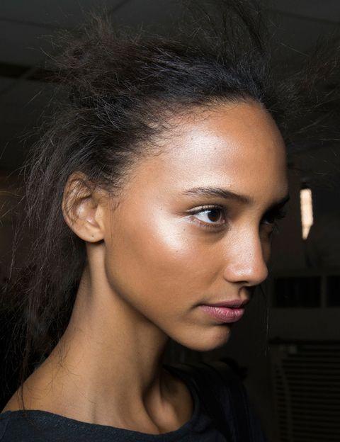 <p>El 'strobing', en cambio, es una versión mucho más sutil y luminosa del contorneado que se resume en una idea: añadir luz al rostro. Para ello, se aplica iluminador en las zonas más sobresalientes del rostro: pómulos, puente de la nariz, centro de la frente...</p>
