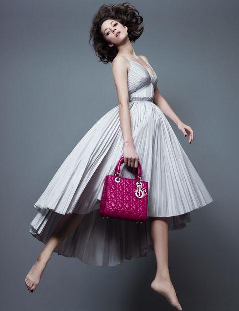 <p>El icono de estilo francés 'flota' en esta nueva campaña con el Lady Dior en piel fucsia en su brazo.</p>