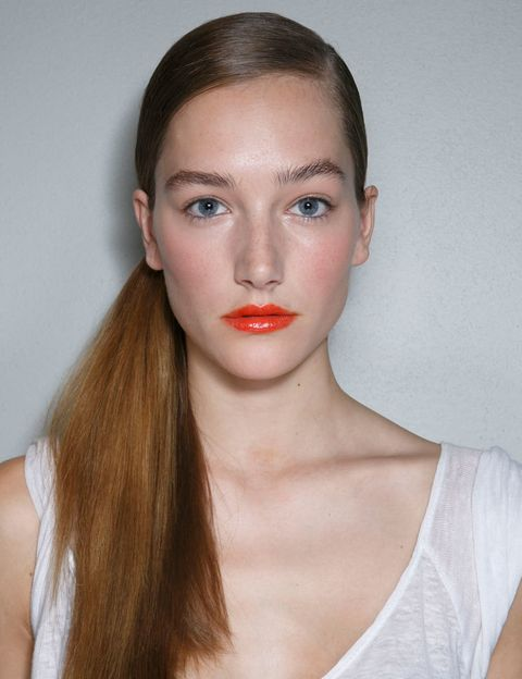 <p>Labios y pómulos en naranja y un maquillaje casi inexistente en la mirada: la propuesta de DKNY para esta temporada es favorecedora y llamativa. Consíguela con un multiusos labios-mejillas y una base de maquillaje ligera pero luminosa. ¿El resto del maquillaje? Puedes prescindir de él...</p>