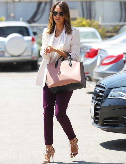 <p><strong>Jessica Alba</strong>&nbsp;firma un perfecto look de día para ir a la oficina con este estilismo a base de blazer y blusa en blanco, pantalones morados, sandalias nude y bolso bicolor en rosa palo y negro.&nbsp;</p>