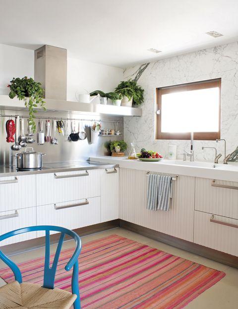 <p>El punto hot de la casa: la cocina. El mobiliario, en roble nórdico, es de Arclinea, y la alfombra, de Perú.</p>