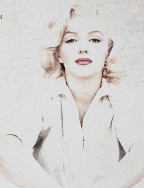 """<p>50 años después de su muerte, se lanza <strong><i>Love, Marilyn</i></strong>, un documental sobre la diva basado en nuevos documentos, escritos personales, cartas y poemas en los que Marilyn demostraba su amor por la interpretación desde muy joven, y su convicción de que tenía que esforzarse más y más cada día para conseguir lo que quería. Una docena de actores contemporáneos (Lindsay Lohan, Uma Thurman o Adrien Brody, entre otros), interactúan en esta obra que pretende sacar a relucir a la verdadera Marilyn. &quot;Ella construyó un personaje maravilloso, Marilyn Monroe. Pero no era ella&quot;, dice el documental.</p><p><strong>Tráiler:</strong> <a href=""""https://www.youtube.com/watch?v=4itSMfbyFCA"""" target=""""_blank"""">Love, Marilyn</a> (2012).</p>"""