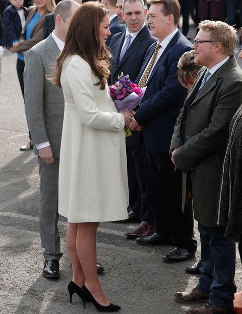 <p>Otro look con abrigo esta vez con un modelo blanco combinado con salones negros.</p>