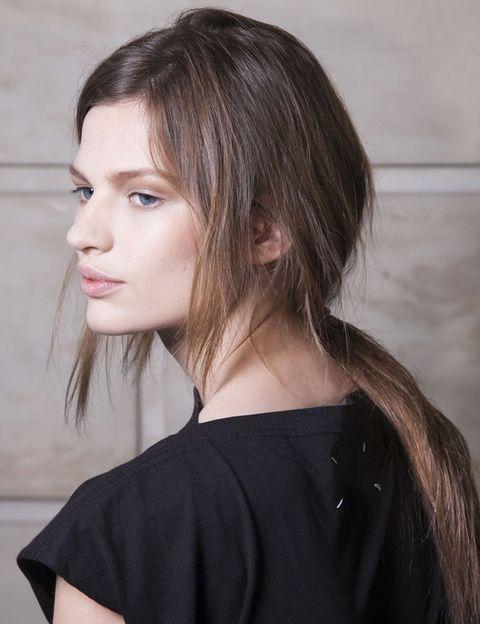 <p><strong>Victoria Beckham</strong> opta por las coletas bajas semidespeinadas, con un maquillaje muy ligero de efecto <i>nude</i>.</p>