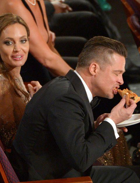 <p>Y de repente sin saber por qué, <strong>Brad Pitt</strong> empezó a comer pizza como si llevase semanas sin ingerir sólidos. Vamos a ver, Brad, que está genial seguirle el rollo a las bromas de Ellen Degeneres pero, en serio, hay una cosa que se llama 'hacer el paripé'. No hay necesidad de comer en mitad de la gala.</p>