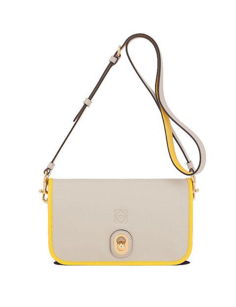<p>Se trata del modelo con una tonalidad más clara, con el color piedra como fondo y el amarillo como contraste. Un bolso simple y elegante, que incluye el anagrama grabado de <strong>Loewe</strong>.</p>
