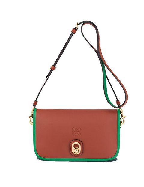 <p>El tono más natural de la piel convive con el verde esmeralda, consiguiendo esta pieza ya a la venta en puntos <strong>Loewe</strong> (690 €). </p>