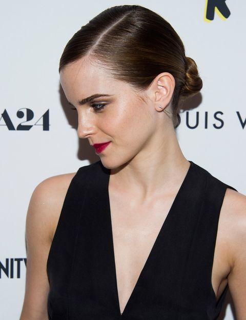 <p>Con sus looks de belleza, Emma Watson demuestra que menos es más: ella apuesta por recogidos minimalistas y tonos que siempre funcionan. Con ellos, no acertar es prácticamente imposible.</p>