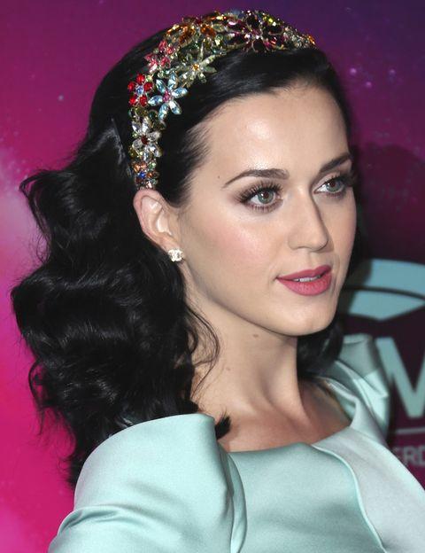 <p>Nos quedamos con su diadema de flores y los pendientes de <strong>Chanel</strong> que eligió la cantante.&nbsp&#x3B;</p>