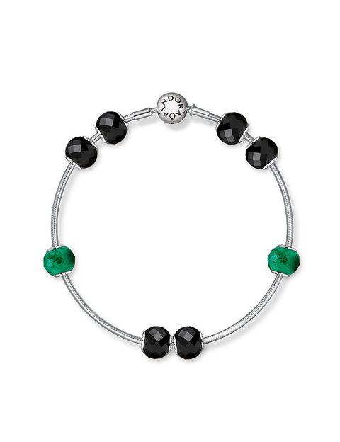 <p>Con un carácter elegante, la espinela de color negro intenso comunica un sentimiento de fortaleza. Combinado con el color verde de la piedra aventurina, que es la materialización de la prosperidad.</p>