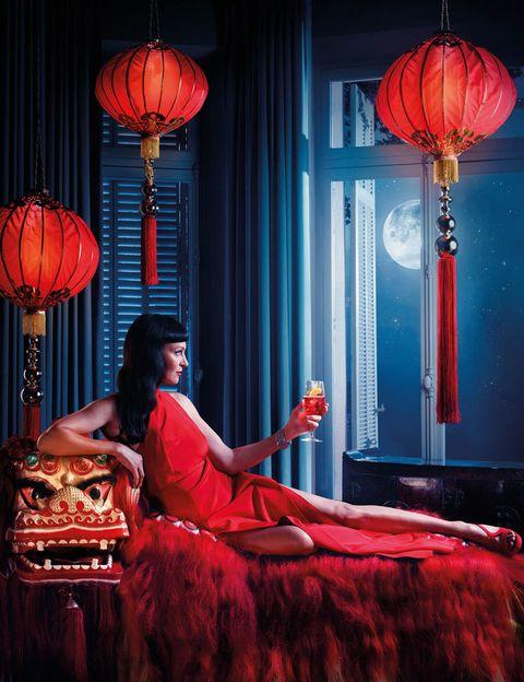 <p>Celebración del nuevo año chino, enfundada en un espectacular diseño de Pucci y decorando su brazo el brazalete de Chopard. Bebida: Campari Spritz. </p>