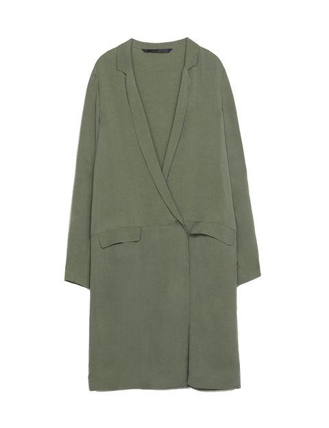 <p>Cambia tu idea del trench, su tejido, largo y forma. Lo nuevo es tejido suave, forma oversize y largo XL. Es <strong>de Zara, 79,95 €.</strong></p>