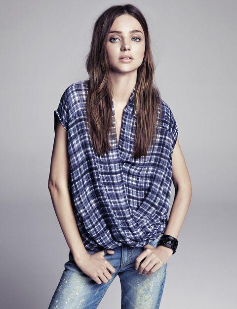 <p>Unos jeans y una camisa a cuadros, que promete ser uno de los estampados que veremos durante todo el otoño e invierno. </p>