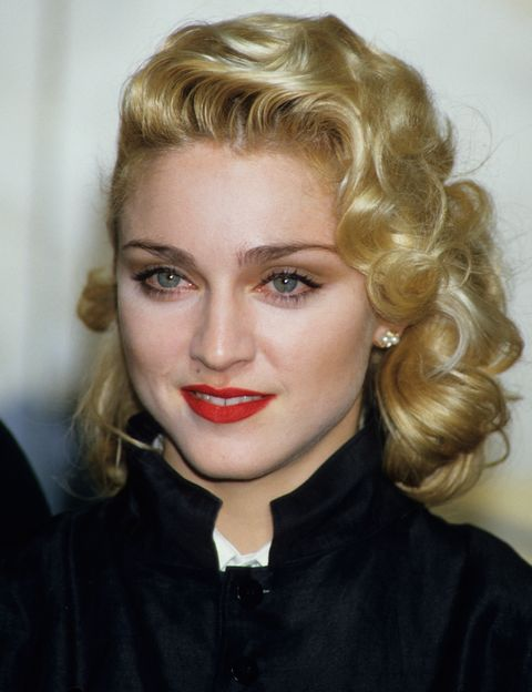 """<p>En 1986, ya en pleno éxito, se encargó de hacer los coros a Nick Kamen (sí, el guapito que cantaba """"I'll promise myself"""") en el tema <a href=""""https://www.youtube.com/watch?v=bQFWR7zfEls"""" target=""""_blank"""">""""Each Time You Break My Heart""""</a>, compuesto por Madonna pero que ella mismo descartó para su álbum 'True Blue'. Supuestamente se la habría regalado al británico porque habrían tenido años antes un 'affaire'. Se la escucha perfectamente a los coros.</p>"""