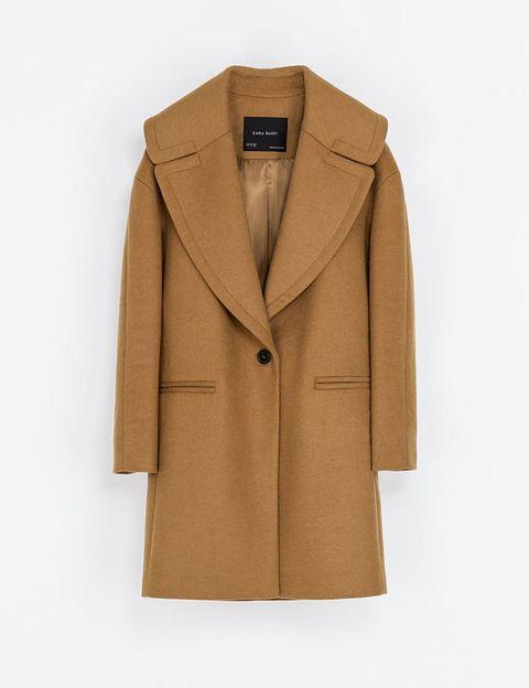 <p>En tono camel y solapas XL, de <strong>Zara</strong> (39,95 €).</p>