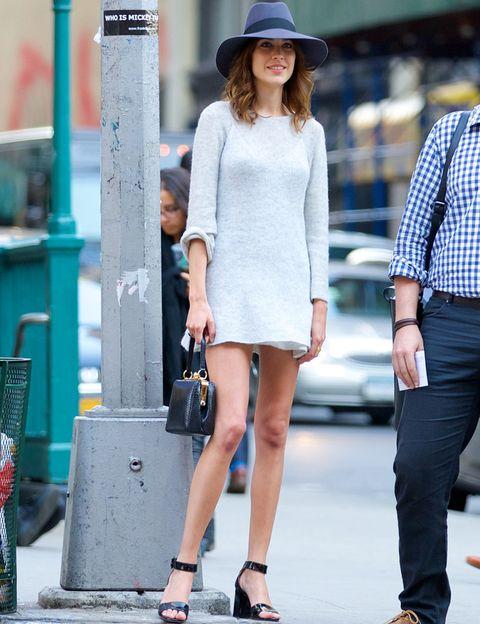 <p>Nos encanta el look de<strong> Alexa Chung</strong> con un minievestido en blanco hielo, sandalias al tobillo, bolso de mano negro y sombrero XL.</p>