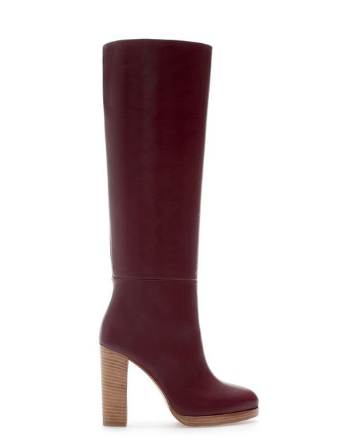 <p>Con tacón de madera y caña alta, esta bota en tono burdeos la encontrarás en <strong>Zara</strong> (119 €).</p>