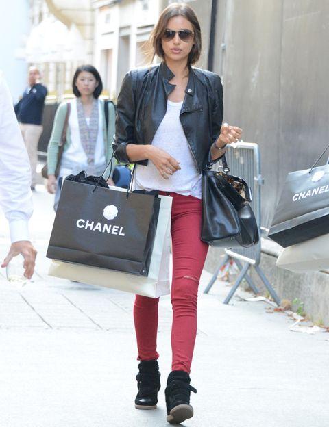 <p>Si tienes unos pantalones rojos, haz como la top <strong>Irina Shayk</strong> y crea un perfecto look de calle con tu cazadora, una camiseta básica y unas sneakers.</p>