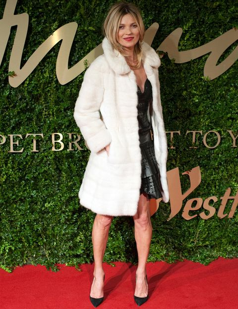 <p><strong>Kate Moss</strong>&nbsp;recibió un reconocimiento especial por ser durante 25 años todo un icono y una top model. Kate lució un little black dress de piel de <strong>Marc Jacobs</strong> y no se quitó su abrigo blanco mientras posaba. Como accesorio eligió unos salones negros muy especiales de <strong>Louboutin</strong> modelo 'So Kate'.</p>