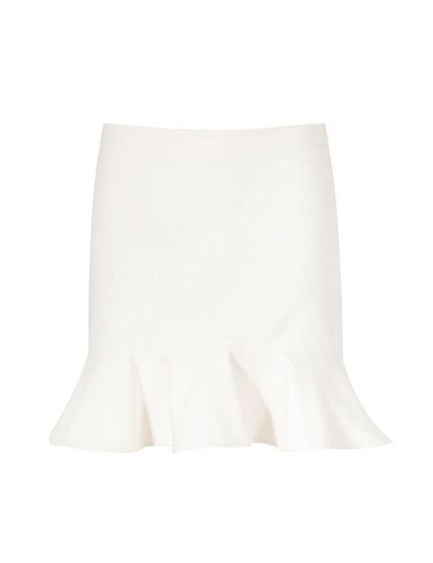 <p>Un material 'waterproof' que lo vemos por todas las tiendas. Nos encanta esta falda blanca con volante en la parte inferior, de <strong>Zara </strong>(22,95 €).</p>