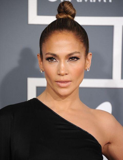 <p>El maquillaje <i>nude</i> puede dar un aspecto sofisticado, como el de la cantante neoyorquina. La marcada línea del ojo (por arriba y por abajo) a lo Cleopatra y el moño en alto son las claves del <i>make-up.</i></p>