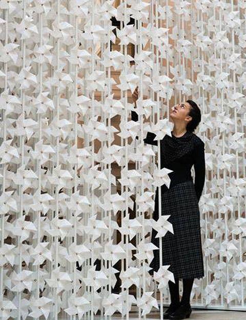 <p>De la creadora libanesa Najla El Zein. Son 5.000 molinos de papel en un espectáculo de luz y movimiento, en la Staircase N, al final de la Galería 114e, del V&A museum.</p>