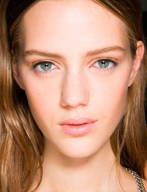<p>Comenzaron a despuntar a finales de 2013, pero 2014 será su año: los productos perfeccionadores de rostro prometen una piel perfecta tan solo unos segundos después de su aplicación. No son bases de maquillaje ni tampoco cremas hidratantes, simplemente son una ayuda para mostrar una versión mejorada de tu piel: unifican el tono, disimulan los poros y las arrugas, matifican...</p>