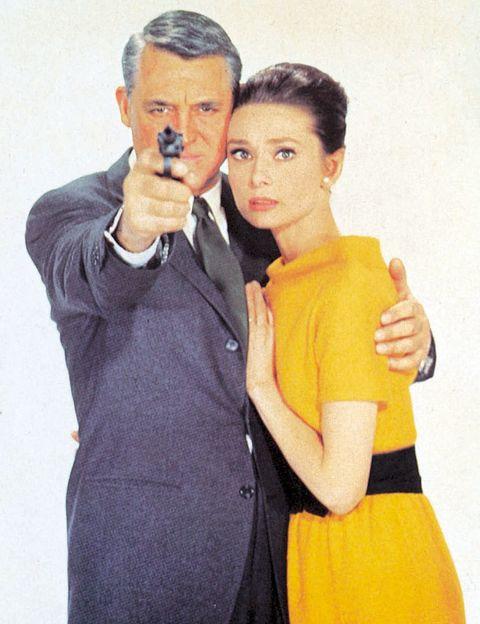 <p><i>Charada.</i> Con ustedes, una de las mejores parejas de la historia del cine: Audrey Hepburn y Cary Grant. La relación de este dúo infalible se gesta en medio de una trama de intriga que da paso a encuentros intermitentes y nada arrebatadores entre ellos. Pero no hay que llevarse a engaño. Debajo de esa aparente indiferencia se oculta el germen del amor. Los actores viven a lo largo de la película lo que los guionistas llaman una tensión sexual no resuelta, que va in crescendo a medida que avanza el filme. </p>