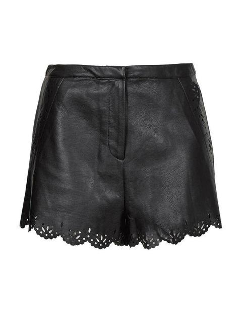 <p>'Short' negro con bordados, de <strong>Topshop</strong> (52 €).</p>