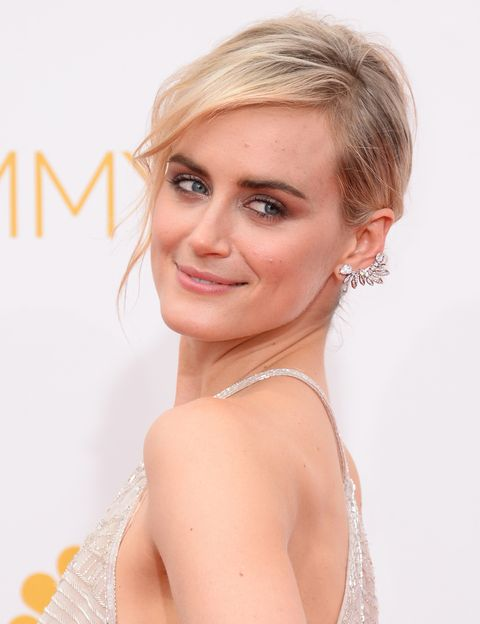 <p> <strong>Taylor Schilling</strong>, protagonista de 'Orange is The New Black', espectacular con un semirrecogido, mirada 'smokey' en bronce y 'ear-cuff' joya.</p>