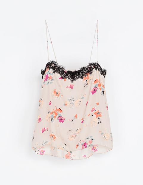 <p>Top floral con puntilla de encaje negra de<strong> Zara</strong> (29,95€). Puedes combinarlo con unos vaqueros 'skinny' para un look 'casual'.</p>