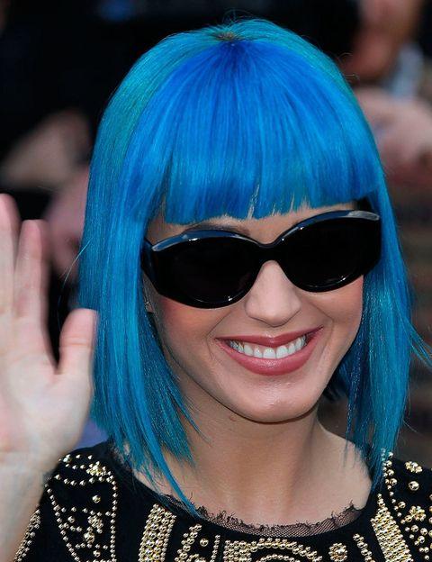 <p>Tiende a colores pastel, pero Katy Perry también ha optado en alguna ocasión por otros tonos más intensos como el azul.</p>