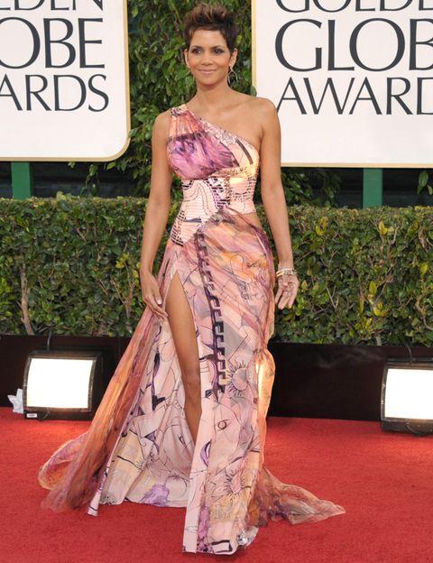 <p>Parecen que no pasan los años por el estilo de la actriz <strong>Halle Berry.</strong>&nbsp;Esta vez nos pareció más de lo mismo su&nbsp;<strong>&nbsp;</strong>vestido asimétrico estampado en tonos mostaza y malva con una gran abertura en la falda. Lo firmaba&nbsp;<strong>Atelier Versace &nbsp;otoño 2012.</strong></p>