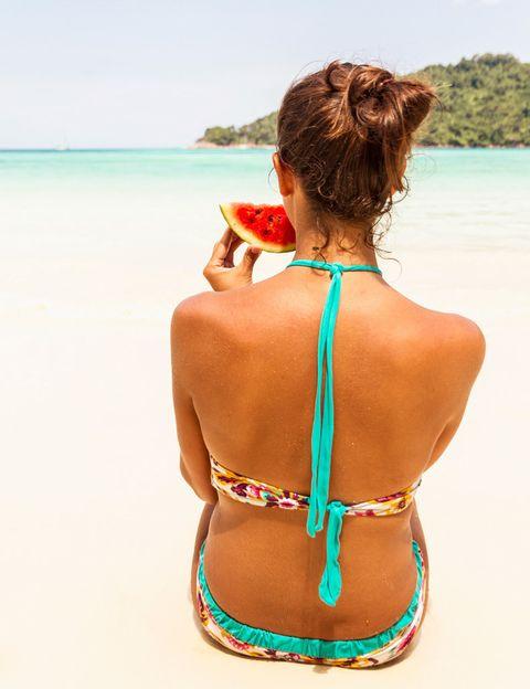 """<p>A veces nos pasamos todo el año cuidándonos para estar perfectas en biquini, y al llegar a la playa <strong>se nos olvidan los buenos propósitos y empezamos a comer de forma desordenada</strong>, desequilibrada, excesiva o insuficiente. Los nutricionistas del <a href=""""http://gruponcsalud.com/index.php/es/"""" target=""""_blank"""">Grupo NC Salud</a> recomiendan dejar de lado las grasas y los productos precocinados para apostar por los productos nutritivos y saludables para nuestro organismo. """"De este modo, <strong>evitaremos los sustos a la vuelta de las vacaciones</strong> y aportaremos a nuestro cuerpo la dosis de vitaminas necesaria para afrontar la jornada playera"""", dicen.</p><p></p>"""