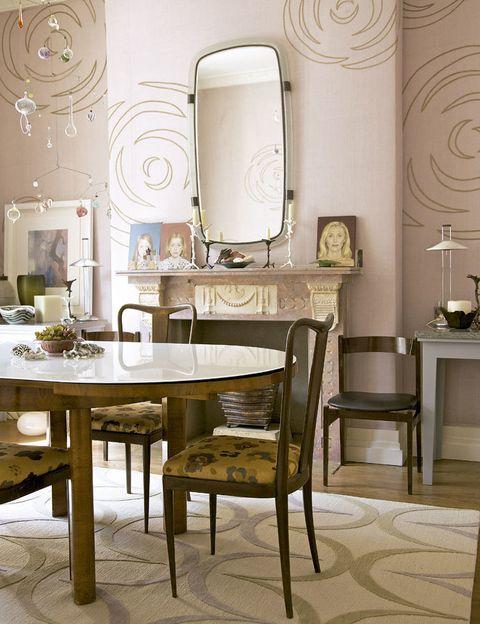 <p>Mesa y sillas de 1940, móvil de Julia Condon y espejo Venini de los años 50. La alfombra y la seda que tapiza las paredes son de Allegra. </p>